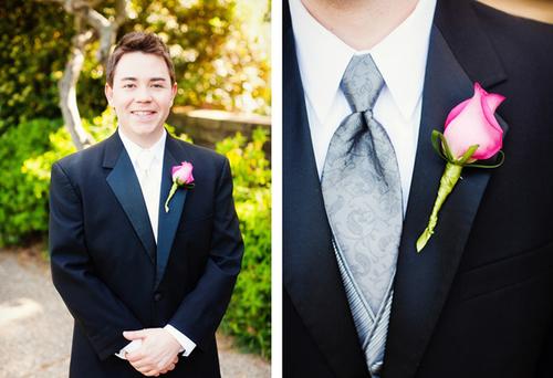 Hoa của chú rể là một bông hồng được kết cùng ruy băng xanh.