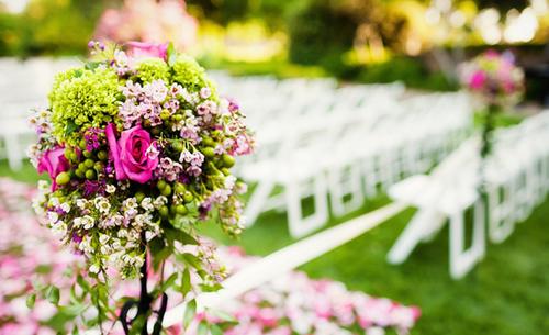 Những bó hoa màu hồng được điểm xuyết bằng hoa cúc xanh và các loại quả có màu xanh nhạt.