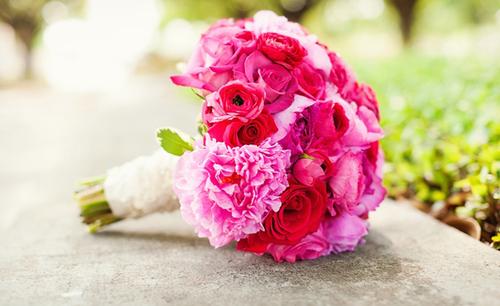 Hoa của cô dâu mang màu hồng chủ đạo.