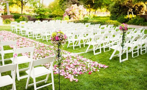 Hôn lễ được diễn ra trong vườn, với thảm cỏ xanh mát.