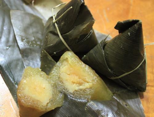 Bánh có màu vàng sẫm, có vị mát lạnh, được nhiều người ưa thích trong những ngày nắng nóng.