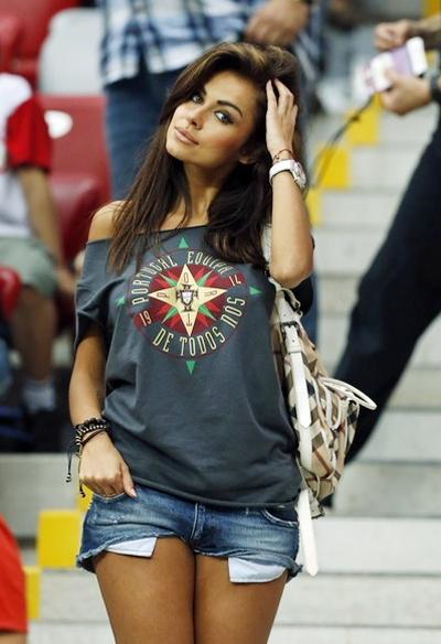 Dù đội chủ nhà Ba Lan đã bị loại, siêu mẫu Natalia Siwiec vẫn tới sân cổ vũ cả hai đội Bồ Đào Nha và CH Czech.