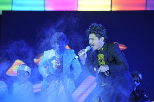 Ở phần mở màn, Vân Quang Long và Lâm Vũ đóng vai hai chàng Bạch công tử và Hắc công tử trong ca khúc chủ đề.