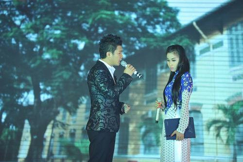 Lâm Vũ khoe giọng hát mượt mà trong những ca khúc trữ tình như: 'Ngại ngùng', 'Hương xưa'... với những hoạt cảnh khá xúc động.