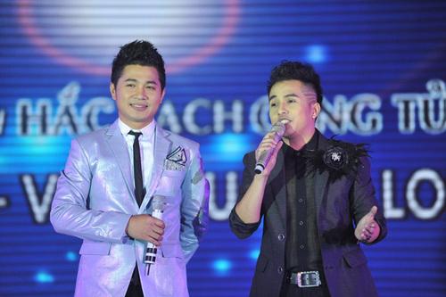 Lâm Vũ và con trai nghệ sĩ Lệ Thủy - ca sĩ Đình Trí - hát chung ca khúc 'Chuyện hợp tan'.