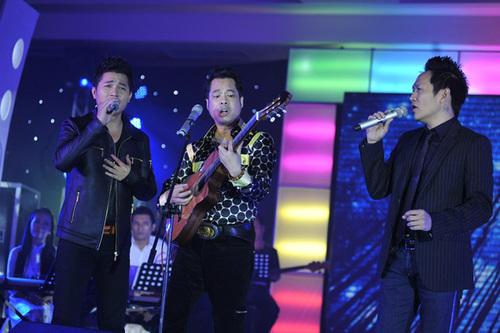 Ngọc Sơn (giữa) đàn cho Lâm Vũ và Duy Mạnh (phải) hát ca khúc 'Đừng'.