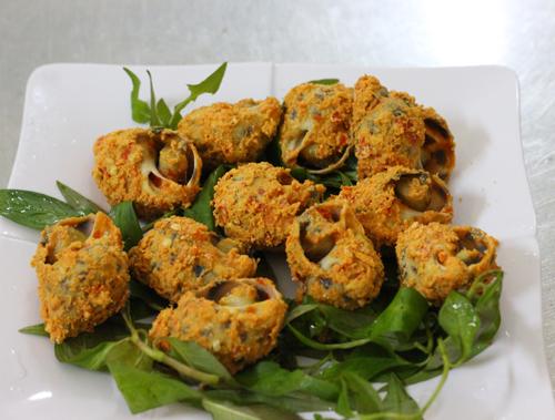 Những con ốc hương được rang thấm đẫm muối ớt là món ăn hấp dẫn không thể bỏ qua.