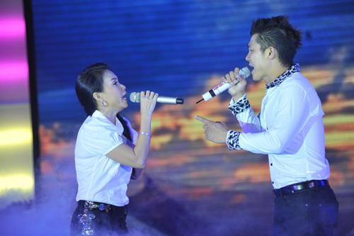 Khoảng 8 năm trước, sau khi tạm 'chia tay' Đan Trường, Cẩm Ly chọn Vân Quang Long để song ca. Họ hát chung trong một khoảng thời gian khá dài, được khán giả yêu mến với những ca khúc như: 'Trái tim màu vàng', 'Ngày mai mưa thôi rơi'...