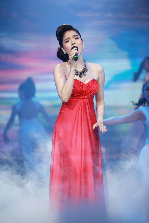 Tối 22/6, ca sĩ Lệ Quyên có đêm nhạc giới thiệu album 'Tình khúc yêu thương' tại nhà hát Thành phố. Sau khi sinh con trai đầu lòng, Lệ Quyên nhanh chóng lấy lại vóc dáng. Thậm chí, trông cô ngày càng đằm thắm và mặn mà.
