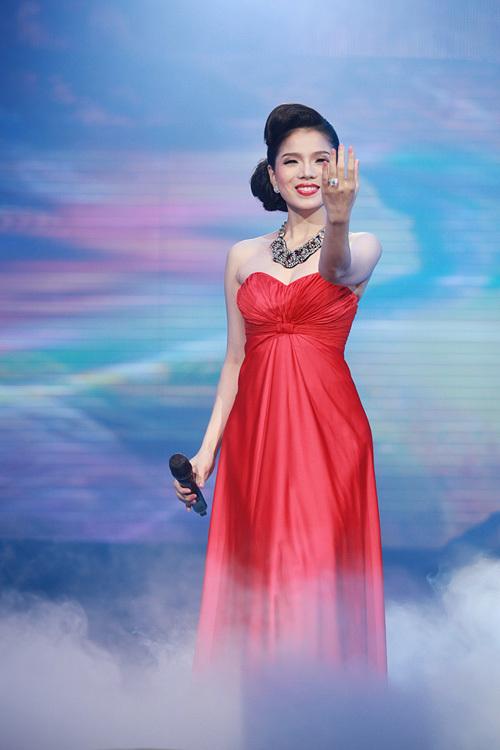 Mở màn đêm diễn, Lệ Quyên xuất hiện thât lỗng lẩy trong trang phục đỏ cùng với vũ đoàn thể hiện ca khúc Bên Em Là Biển Rộng để mở màn cho phần 1 giới thiệu những ca khúc mới trong Cd Tình Khúc Yêu Thương.