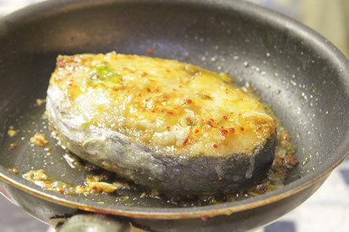 Cho cá vào sốt tới khi ngấm gia vị.