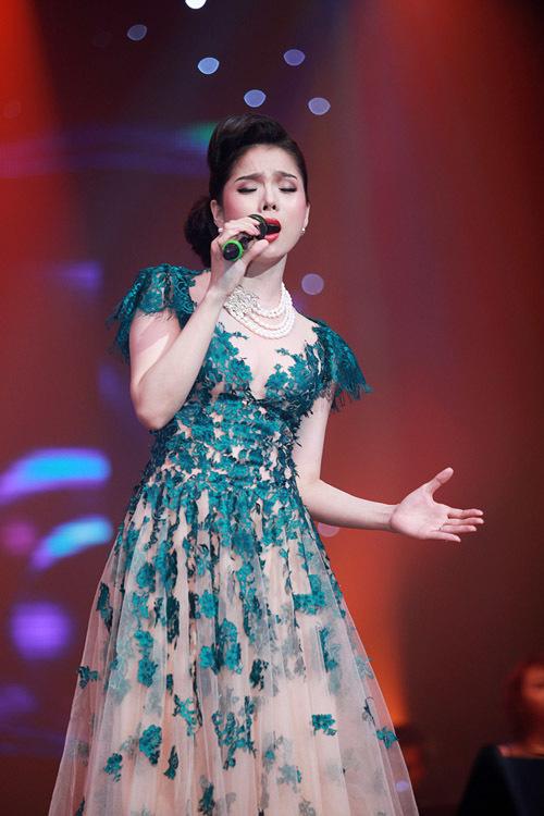 Hai ca khúc 'Hiu hắt đời nhau' và 'Em sẽ nhớ mãi' được thể hiện qua giọng hát của Lệ Quyên càng thêm phần day dứt.