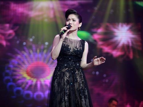 Trong đêm, Lệ Quyên không chỉ hát những ca khúc trong album mới, mà còn thể hiện những tình khúc gắn liền tên tuổi cô trong 10 năm qua.