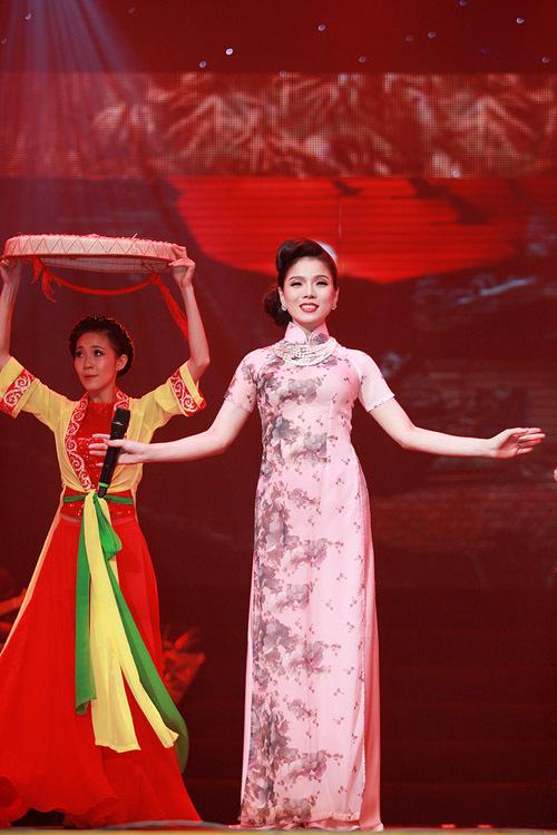 Lãng đãng chiều đông Hà Nội, cùng với phần đệm đàn guitar của nhạc sỹ Vĩnh Tâm, Lệ Quyên đã làm cho những ai đang nhớ Hà Nội phải rơi lệ. Ca khúc này trong album cũng được Lệ Quyên thu live.