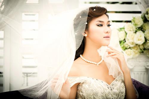 Mặc váy cưới và trang điểm nhẹ nhàng, trông Kim Dung xinh tươi và cuốn hút.