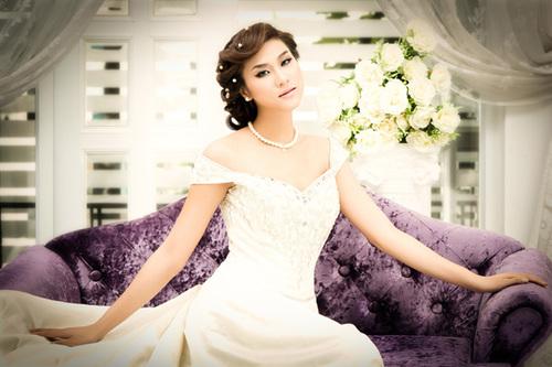 Bộ ảnh của Kim Dung được thực hiện với sự hỗ trợ về trang phục và trang điểm của Huỳnh Lợi.