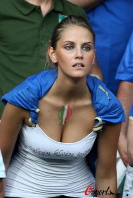 Vòng một quyến rũ của fan nữ Italy.