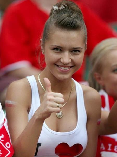 Fan nữ xinh đẹp của chủ nhà Ba Lan.