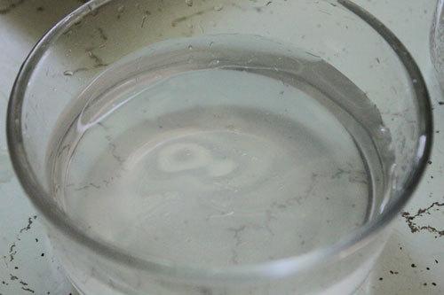 Pha hỗn hợp nước chua ngọt để ngâm.