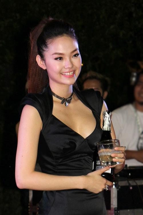 Sau những nỗ lực không biết mệt mỏi, việc Minh Hằng đăng quang ngôi vị cao nhất của cuộc thi 'Bước nhảy hoàn vũ' 2012 được đánh giá là rất xứng đáng.