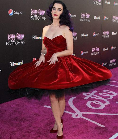 Người đẹp xoay người khoe váy điệu.