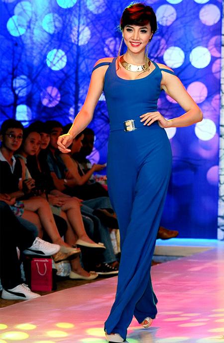 Siêu mẫu Trang Nhung tự tin sải bược trên sàn catwalk với bộ jumpsuit màu xanh dương.