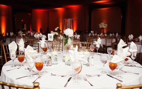 Những bình hoa trên bàn tiệc được thay đổi đa dạng, có nơi để bình hoa cao, có nơi lại để chiếc bình thủy tinh và một bông hoa xinh xắn để không gây nhàm chán.