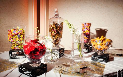 Trong tiệc cưới còn có một chiếc bàn để kẹo và đồ trang trí nhiều màu.