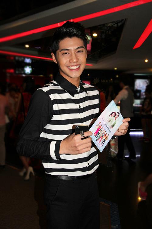 Ca sĩ Noo Phước Thịnh cười tươi rói trước ống kính.