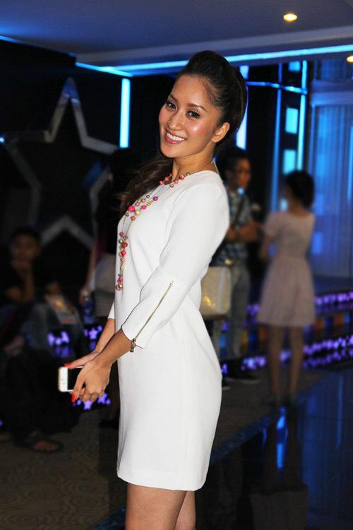 Khánh Thi đóng vai huấn luyện viên dancesport trong phim. Cô diễn khá tự nhiên.