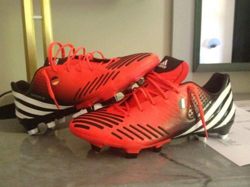 Đôi giày của tiền vệ Montolivo rất đặc biệt với một bên dán cờ Italy, một bên dán cờ Đức, quê hương của mẹ Anh.