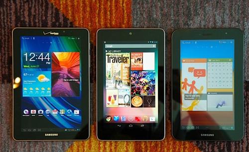 Nexus 7 (ở giữa) so dáng cùng Galaxy Tab 7.7 (trái) và Galaxy Tab 2 7.0 (phải).