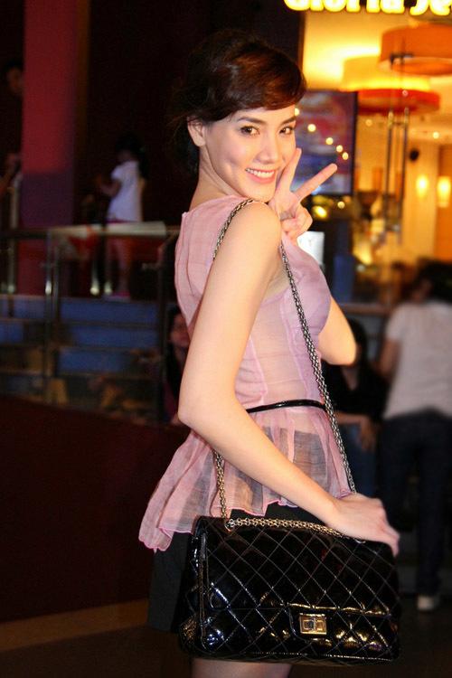Tối 28/6, Trang Nhung gây chú ý khi xuất hiện tại buổi ra mắt phim 'Người nhện' tại TP HCM.