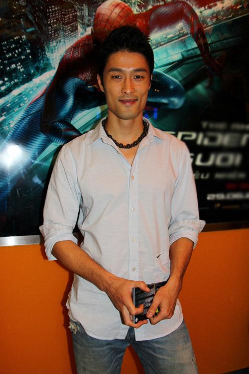 Diễn viên Johnny Trí Nguyễn trung thành với trang phục 'bụi' khi đi dự sự kiện. Tối qua, anh đi xem phim một mình.