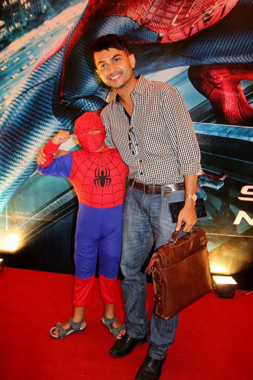 Diễn viên Đức Tiến vừa tan sở, tranh thủ đi xem phim. Anh chụp ảnh lưu niệm với một cậu bé mặc trang phục của người nhện.