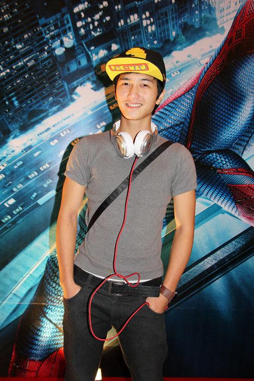 Hot boy Huỳnh Anh gần đây luôn xuất hiện với hình ảnh nam tính, khỏe khoắn.