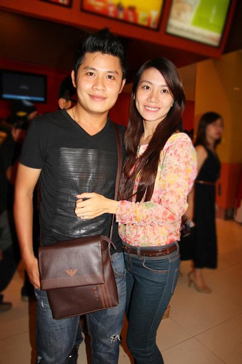 Nhạc sĩ Nguyễn Văn Chung cùng vợ sắp cưới đi xem phim.