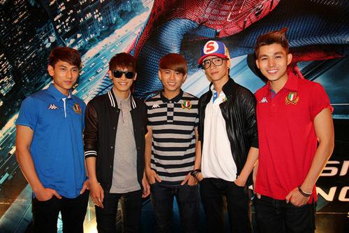 Năm chàng trai của nhóm nhạc 365 ăn mặc cá tính.