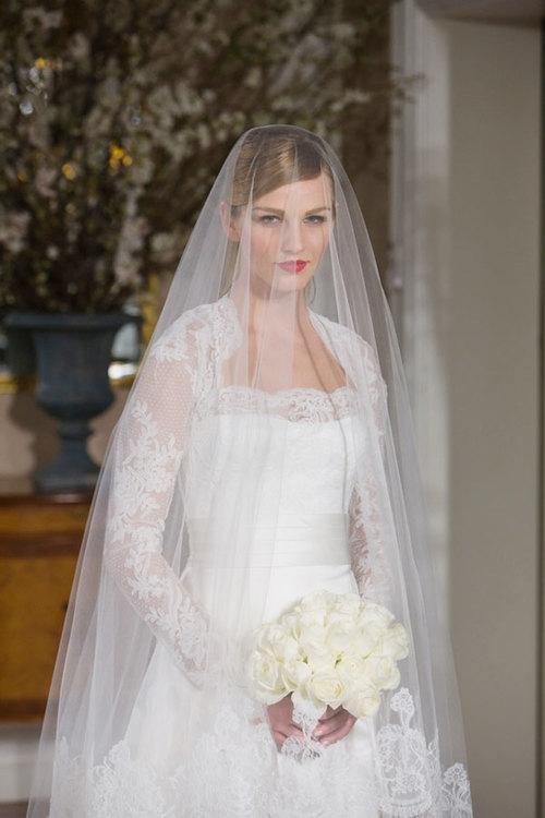 Mang hơi hướng của những chiếc váy quý tộc nhiều thập niên trước, tuy nhiên, váy ren của Ramona nổi bật ở tay ren đính họa tiết cầu kỳ.