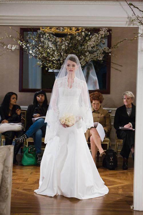 Những sáng tạo từ chiếc váy của Kate Middleton là vô tận và mỗi chiếc váy được thực hiện lại mang nét riêng, khác biệt hẳn so với 'bản gốc'.