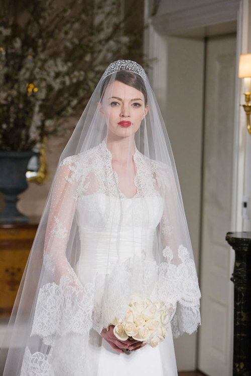 Chiếc vương miện trên tóc cô dâu vừa sang trọng, lại làm nổi bật gương mặt thanh tú.