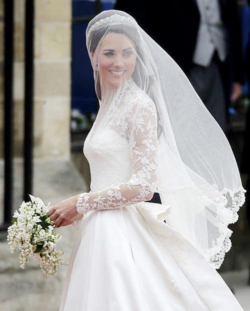 Chiếc váy của Kate Middleton do Sarah Burton thiết kế mở đầu xu thế váy tay ren sang trọng.