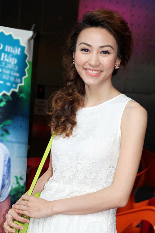 Ngân Khánh luôn nở nụ cười trên môi. Trông cô còn có phần trẻ trung và xinh tươi hơn trước đây.