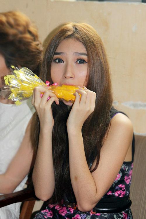 Bạn gái của Ngô Kiến Huy - ca sĩ Khổng Tú Quỳnh - cũng có mặt. Cô làm hành động ngộ nghĩnh trước ống kính ở hậu trường.