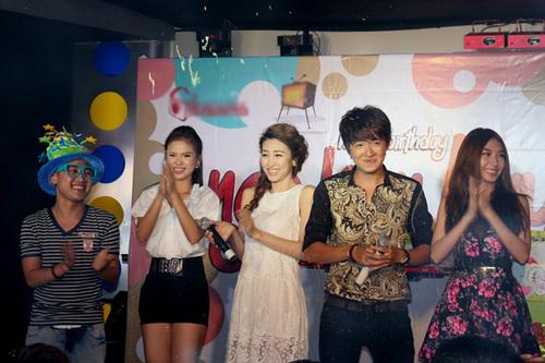 Ca sĩ Khởi My (giữa) đảm nhận vai trò MC cho buổi tiệc. Các nghệ sĩ cùng thổi nến và chúc mừng Ngô Kiến Huy thêm tuổi mới.