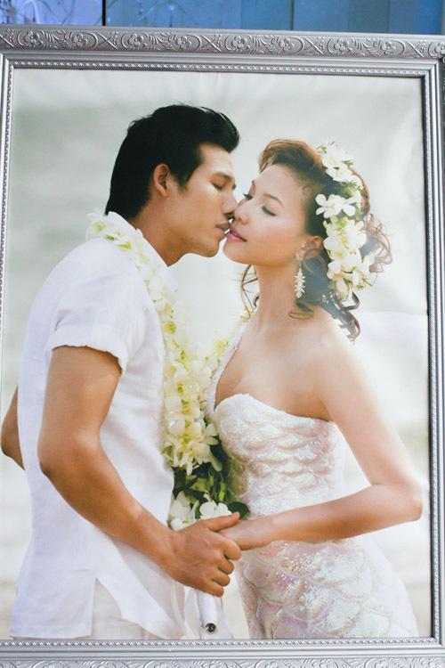 Sáng 5/7, một vài trang tin đăng bộ ảnh được cho là đám cưới giữa hai người mẫu - diễn viên Thanh Thức và Quỳnh Thư. Một vài nơi còn ghi rõ, đám cưới có sự chứng kiến của bà con hai họ. Điều này khiến nhiều người lầm tưởng Quỳnh Thư lên xe hoa cùng Thanh Thức.