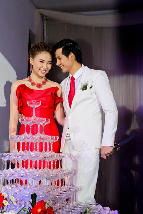 Họ cũng thực hiện những nghi thức của một đám cưới thật.