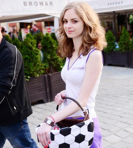 Cô sinh viên ngành kiến trúc có tên Magda khiến các chàng trai ngẩn ngơ khi đi bán đồ lưu niệm ngoài sân Wroclaw, Ba Lan.