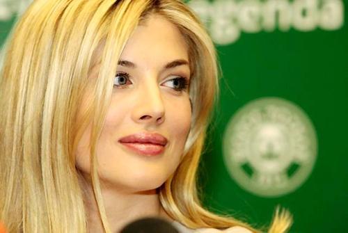 Đang hẹn hò với Irina Shayk, một trong những người đẹp quyến rũ nhất thế giới nhưng trái tim đa tình của C. Ronaldo không khỏi rung động trước sắc đẹp của cựu mẫu Playboy người Ba Lan, Izabella Lukomska Pyzalska