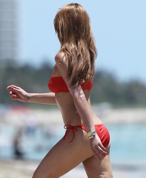 Nhà thiết kế thời trang người Hà Lan tung tăng trên bãi biển, khoe thân hình gọn gàng, gợi cảm.